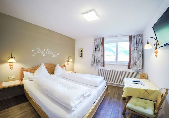 double-bed room with breakfast buffet - Löbenau