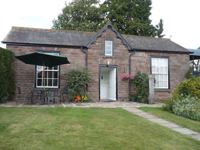 Garden Cottage, with views farmland to River Wye