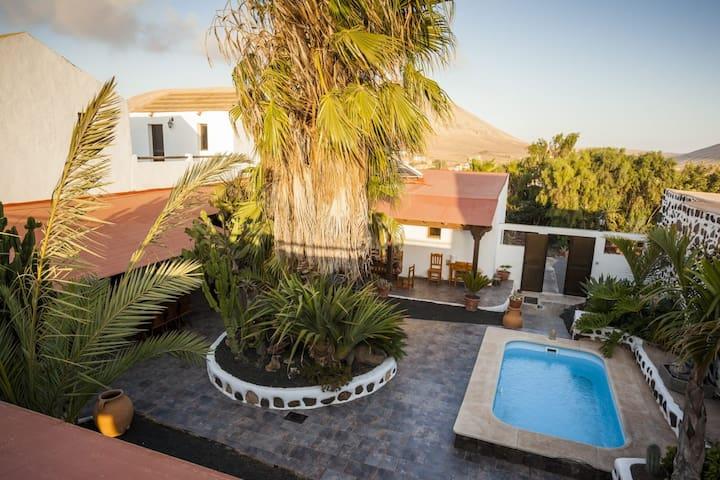 Habitación doble con baño privado en villaverde