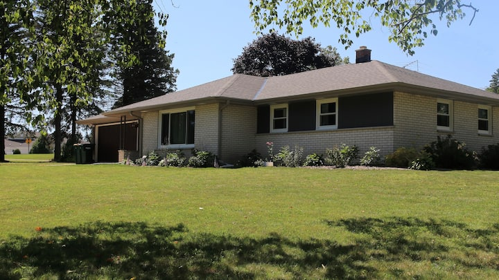 Modern Home, 5 minutes from famous Cedarburg