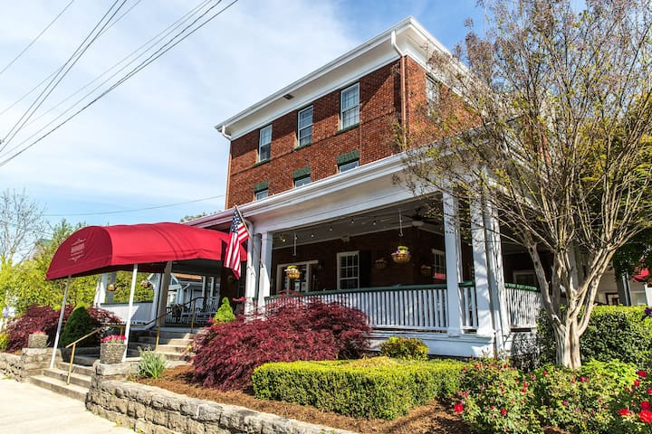 (Website hidden by Airbnb) Dining Experience in Hendersonville, NC.