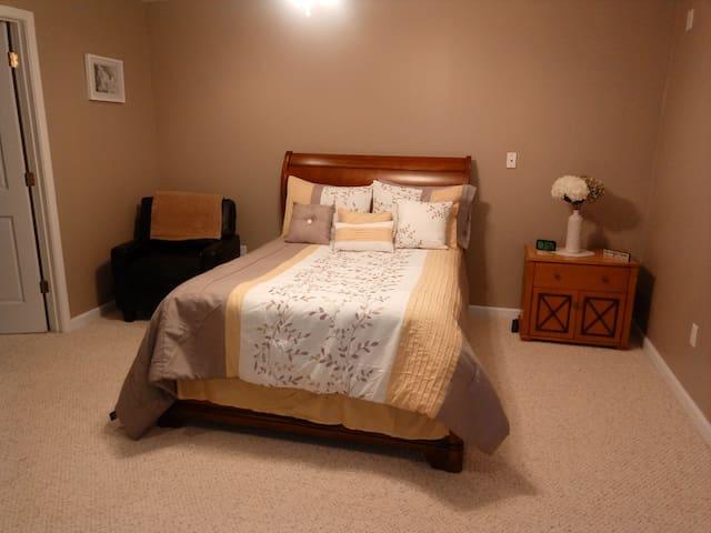 Quiet, clean, comfy one bedroom/ private bath