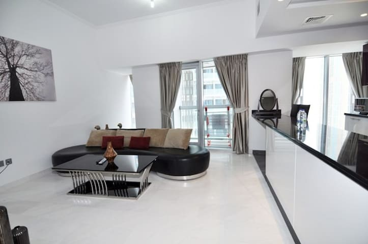 Large Stylish 2BR Apt w/3Bath in The Twisted Tower - Dubai - Daire