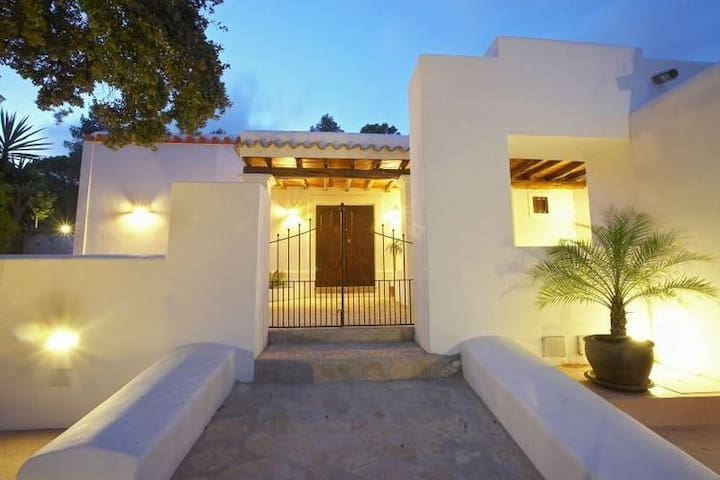 Beautifully renovated, age-old finca, provided with all modern comfort