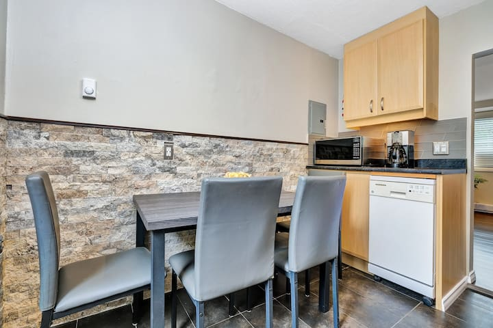 Renovated 2 Bdrm with Parking minutes to Downtown