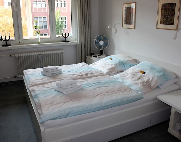 Bright friendly room in the City West