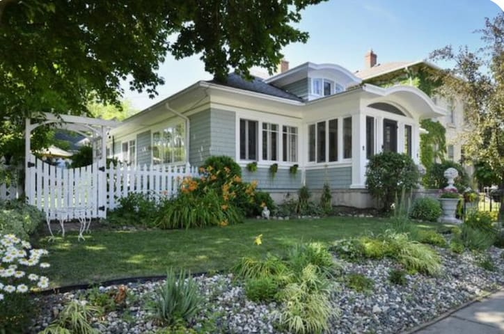 Historic Cedarburg Bungalow!