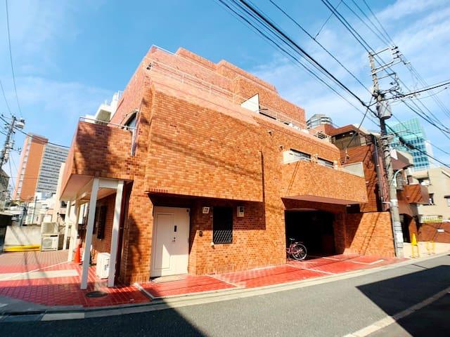 六本木で最大8人泊まれるお部屋!六本木駅まで徒歩3分!六本木ヒルズや東京ミッドタウンも至近です!