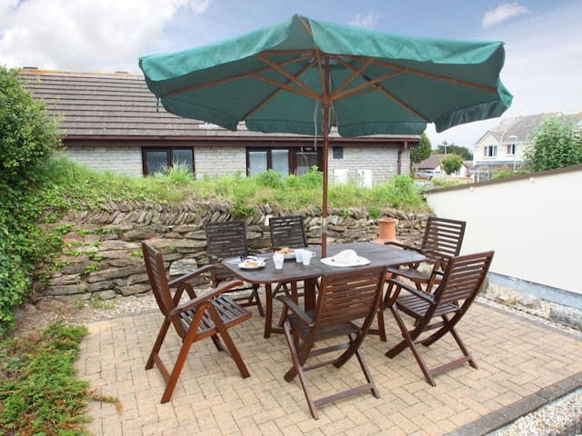 PENTEWAN, pet friendly, with a garden in Hayle, Ref 959660