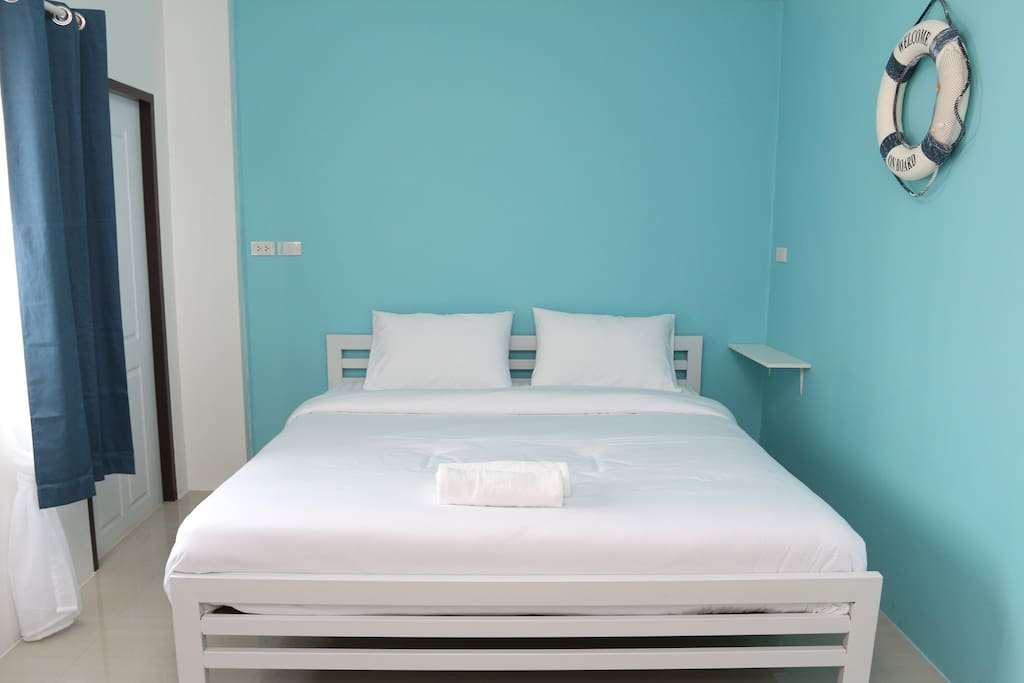 Sea Breeze Room with 1 King size bed.