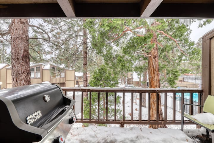 Fun, woodsy condo w/ fireplace and private grill near skiing and Lake Tahoe!