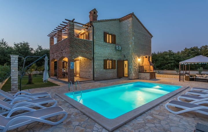 Villa Paradis 11 with pool table and tennis court
