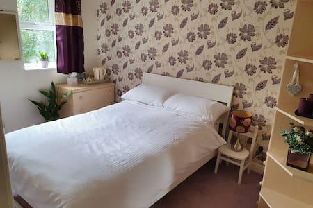 Private accomodation in a quiet modern Belper home
