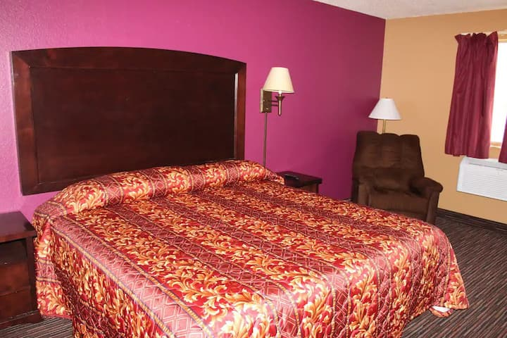 Sky-Palace Inn & Suites Stillwater - Standard 1 King Bed Non-Smoking