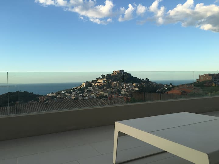 Recent villa with nice views in center of Begur