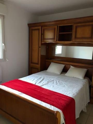 Chambre indépendante dans une maison au le calme