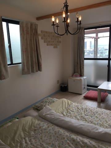 三島駅まで徒歩7分、箱根、熱海、伊豆近し。2名宿泊可能 ブルーの部屋。Wi-Fi接続出来ます