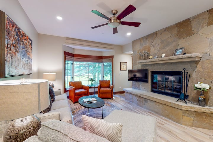 Skier's condo with wood-burning fireplace, laundry, WiFi & shared pool/hot tubs!