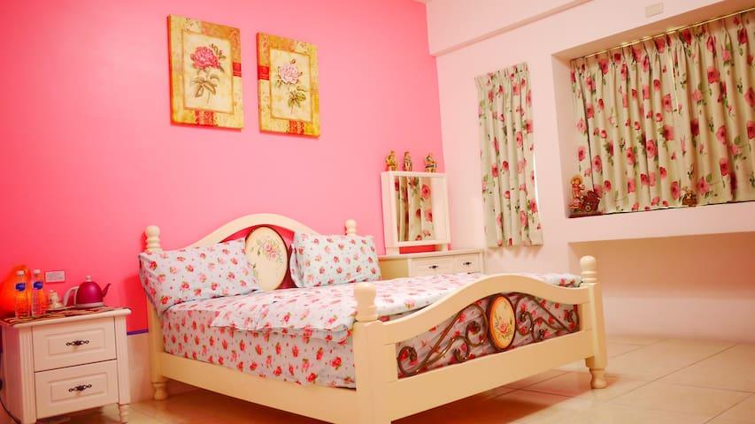 東港樂遊趣民宿(Loyofun BnB)玫瑰花語雙人房 - Donggang Township - Bed & Breakfast
