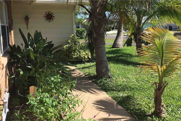 Comfy & Spacious - Private Home in DT Cape Coral!