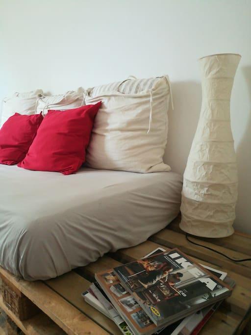 Il divano è ricavato da una struttura pallet e materasso singolo molto comodo, ha a disposizione uno spazio comodino e una lampada per la lettura.