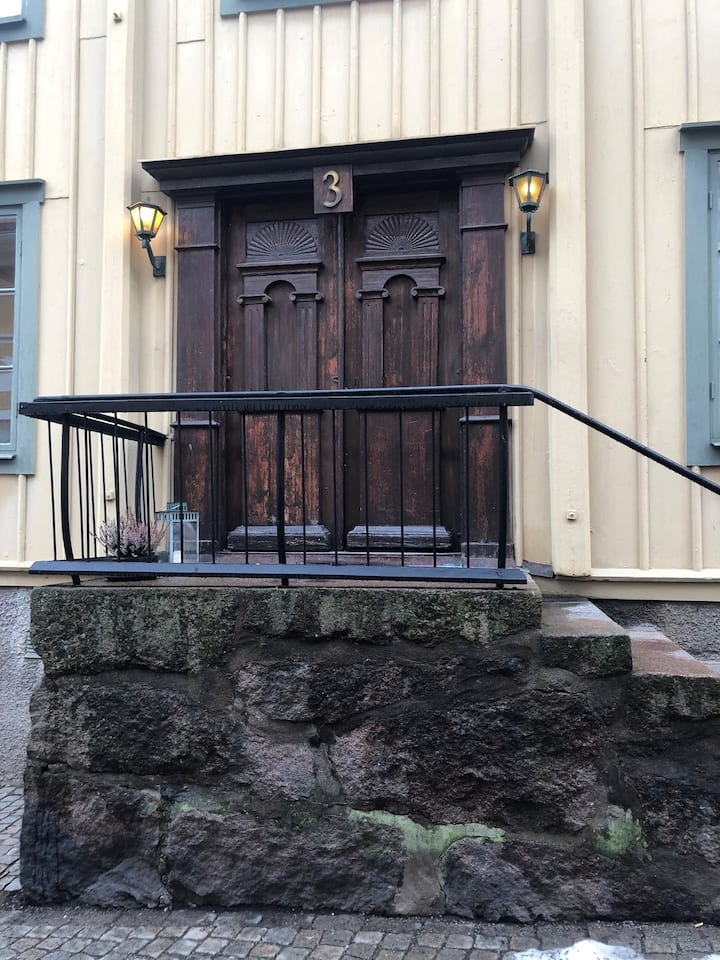 Härlig lägenhet i 1700-tals hus mitt i gamla stan