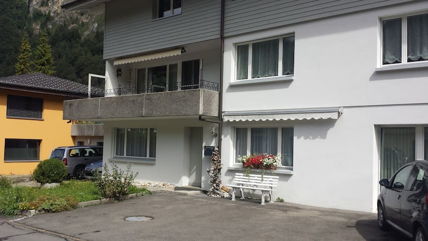 Schlaf- und Wohnraum mit separatem WC und Dusche - Muotathal - House