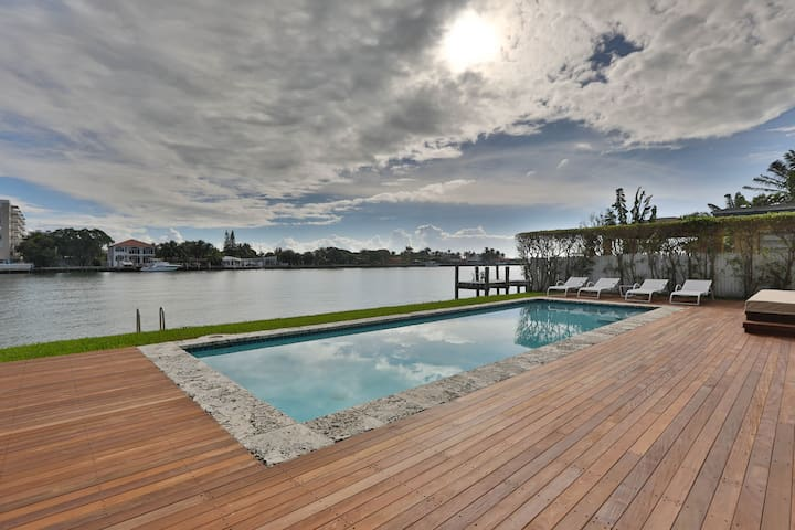 Luxury Modern Waterfront Home Near Beach - North Bay Village - House