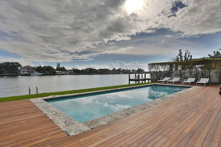 Luxury Modern Waterfront Home Near Beach - North Bay Village
