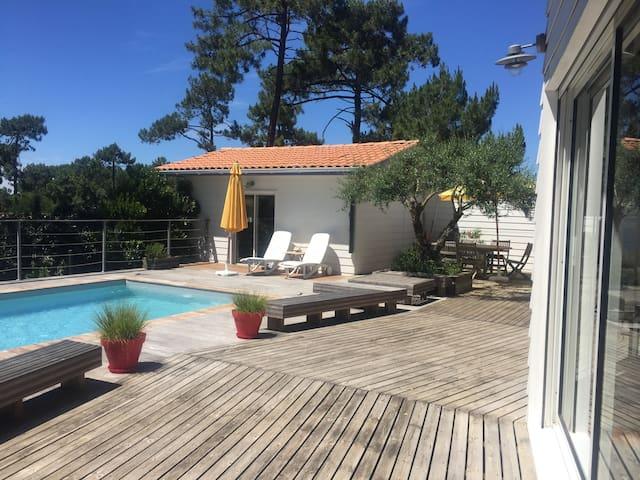 chambre indépendante et piscine.
