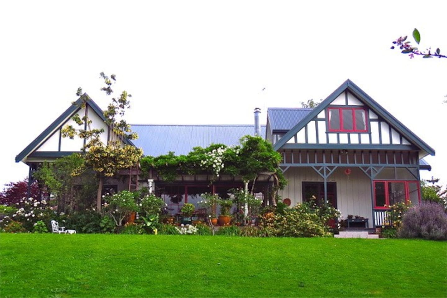 Beautiful gardens and sweeping lawns, with lovely deep covered verandahs and courtyards. Superb indoor/outdoor flow.