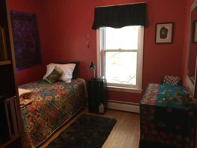 Comfy, cozy, quiet twim room, convenient location - Peterborough - Dom