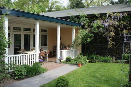 Sfeervolle B&B met veranda /Cozy B&B, porch&garden - Renkum - Ev