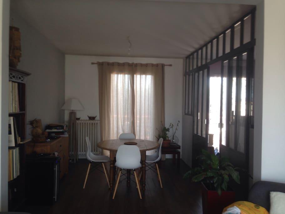 Salle à manger ouverte sur le salon et verrière qui donne sur la cuisine