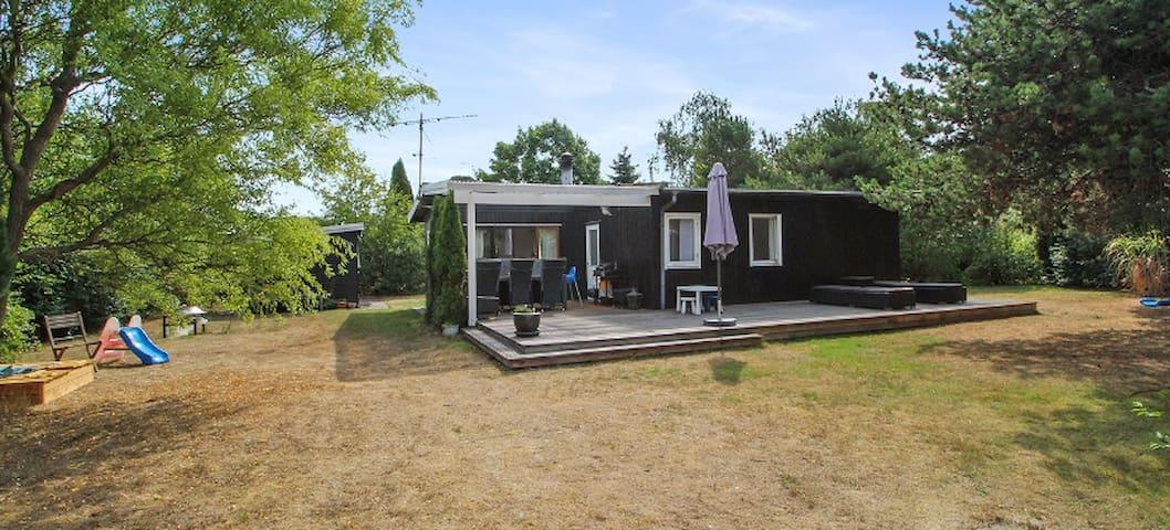 Sommerhus i kort afstand til badestrand.