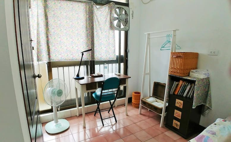 台南友善背包冷氣雅房A(Single Room A with air conditioner)