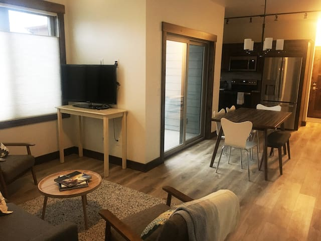 NEW Cozy Condo near Glacier National Park!