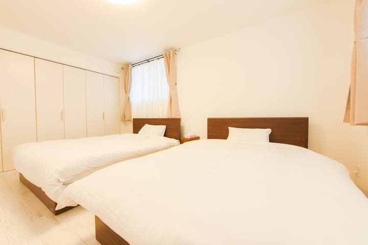 ①bed room: 2 double sized bed on the 1st floor  一階寝室①: ダブルベッド×2