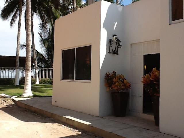 Vista lateral de la casa . Side view of the house