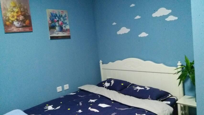 可以看见蔚蓝大海的卧室,卧室不大但很温馨