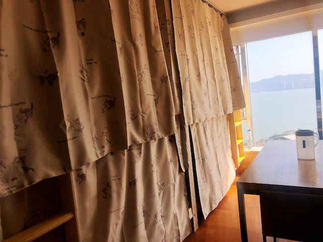 海景青旅•落地窗看海,适合机场中转·背包客。楼下150米免费巴士通往机场,关口,码头。