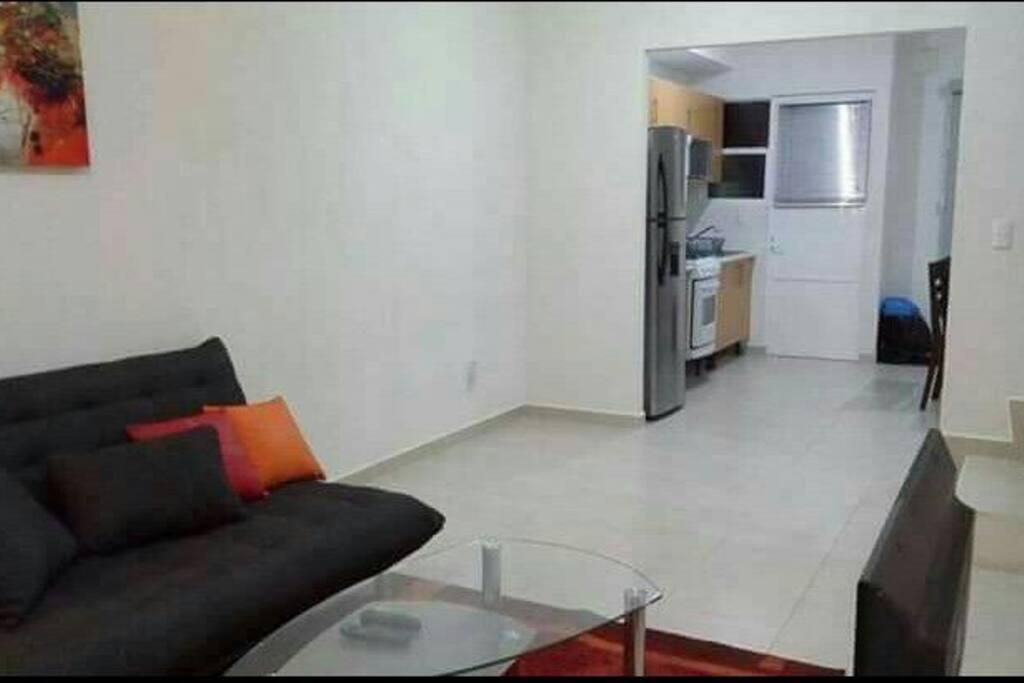 vista de la sala hacia la cocina y el comedor