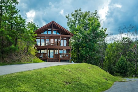 'Cliffside Hideaway'-mtn views, close to Dollywood