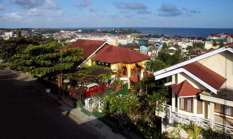 A Hilltop House with Amazing View - Central Balikpapan - Huis