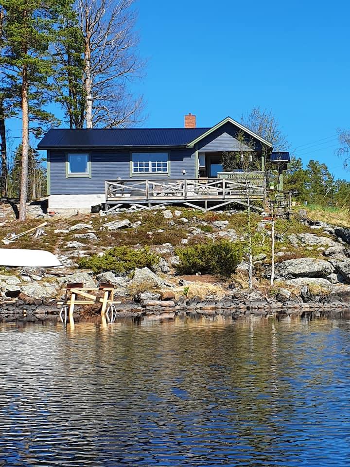 Charmig stuga direkt vid sjö och fjäll