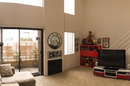 Hollywood 1 bed duplex, gym, park - Lakás