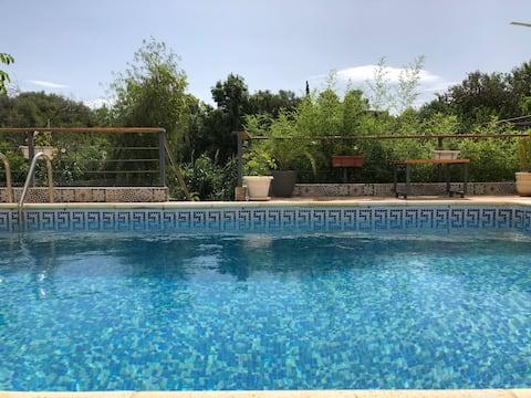Hyggelig lejlighed med 1 soveværelse og pool, stille 5 minutter fra stranden