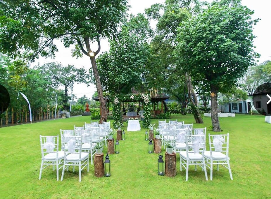 A carefully manicured garden with large trees, an ideal place to celebrate your parties.