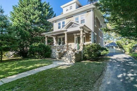 Charming Colonial Twin BdRm in Historic District