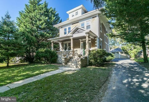 Charming Colonial Queen BdRm in Historic District
